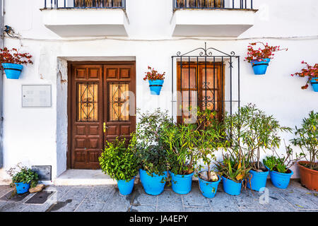 stra e mit blumen wei e dorf mijas costa del sol malaga andalusien spanien stockfoto bild. Black Bedroom Furniture Sets. Home Design Ideas