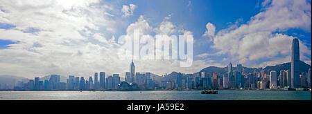 Horizontalen Panorama (3 Bild Heftung) die dramatische Skyline von Hong Kong an einem sonnigen Tag. - Stockfoto