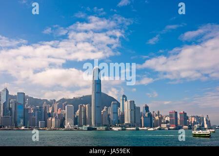 Horizontale Ansicht der berüchtigten Wolkenkratzer, aus denen die Skyline von Hong Kong an einem sonnigen Tag. - Stockfoto