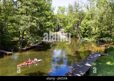 Rafting, Kanufahren auf dem Fluss Krutynia, der polnischen Masuren, ein Naturschutzgebiet. - Stockfoto