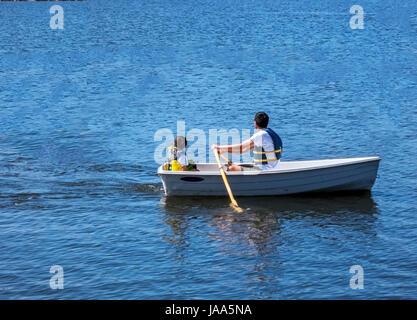 Dies ist ein Bild von Vater und Sohn an einem lokalen See Ausflug. Bild wurde am Shoreline Park Lake in Mountain - Stockfoto