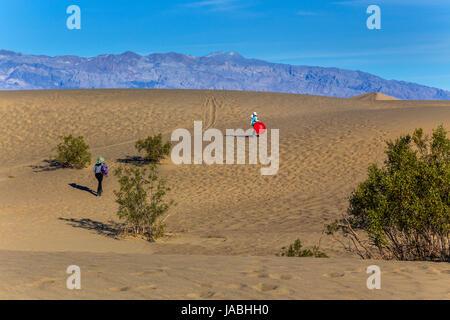 Menschen, Touristen, Mutter und Tochter, gleiten auf Sand, Mesquite flache Sanddünen, Death Valley Nationalpark, - Stockfoto