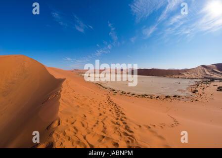 Die malerische Sossusvlei und Deadvlei, Ton und Salzpfanne, umgeben von majestätischen Dünen. Namib Naukluft Nationalpark, Reiseziel in Namibia.