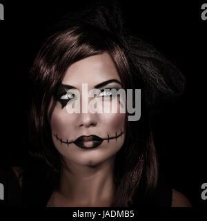 Beängstigend Frau Porträt isoliert auf schwarzem Hintergrund, Mystery Nacht, erschreckende Make-up, gruselige Zombie, - Stockfoto