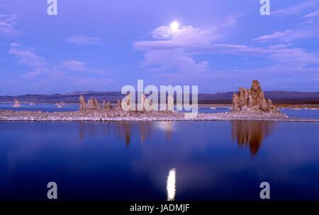 Mondaufgang über Kalktuff-Formationen am Mono Lake in Kalifornien, USA - Stockfoto