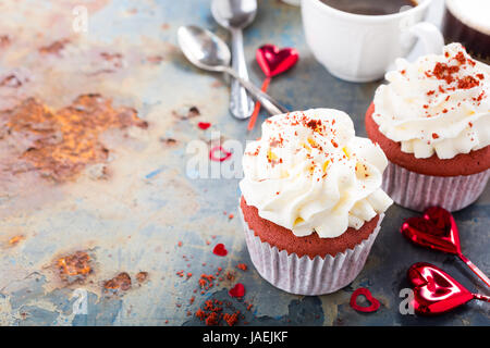 Leckeren roten samt Cupcakes zum Valentinstag auf rostigen alten Metall-Hintergrund. Urlaub-Food-Konzept. Kopieren - Stockfoto
