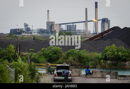 Fischer versuchen ihr Glück in der Rouge River im Schatten der United States Steel Corporation auf Zug Insel im - Stockfoto