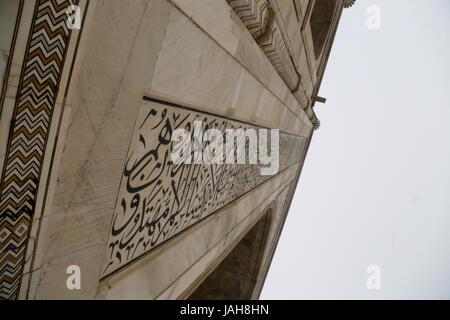 die Schrift auf dem Mausoleum des Taj Mahal, Agra, Bundesstaat Uttar Pradesh, Indien - Stockfoto