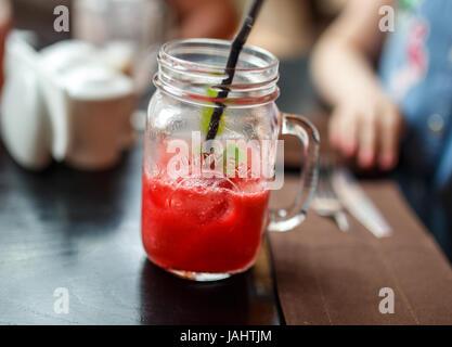 Himbeer Limonade im Einmachglas mit Eis und Minze. - Stockfoto
