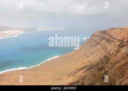 Lanzarote - Mirador Del Rio - Landschaft von der Nordküste von Lanzarote auf die Insel La Graciosa; Lanzarote, Kanarische - Stockfoto