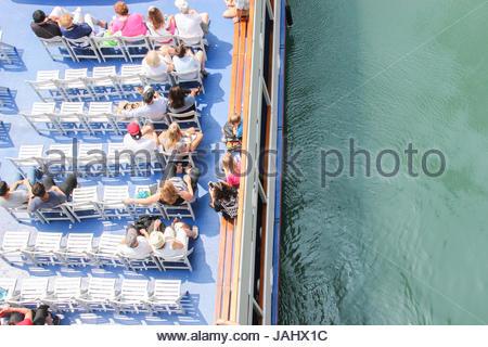 Draufsicht der Touristen auf einem Boot auf dem Chicago River grün geworden für St. Patricks Day. - Stockfoto