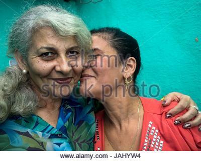 Porträt einer Frau, die Toiletten mit ihrer Tochter reinigt. - Stockfoto