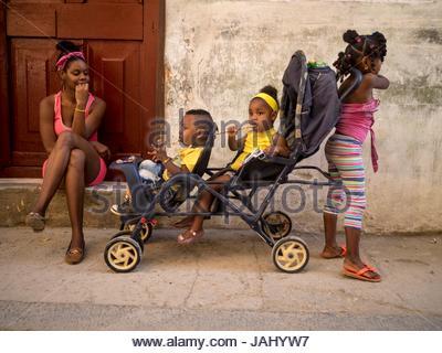 Eine Frau mit ihren Kindern in Calle O'Really. - Stockfoto