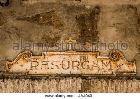 """Eine Tablette über einer Tür an der Mission San Juan Capistrano in Kalifornien. """"Resurgam"""" übersetzt aus dem lateinischen, - Stockfoto"""