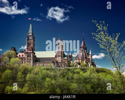 Das Parlamentsgebäude Hill über dramatische tiefe Blau des Himmels, Frühling Tag Landschaft. Ottawa, Ontario, Kanada - Stockfoto