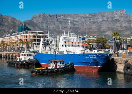 Malerische Aussicht auf den Tafelberg mit dem Hafen im Vordergrund - Stockfoto