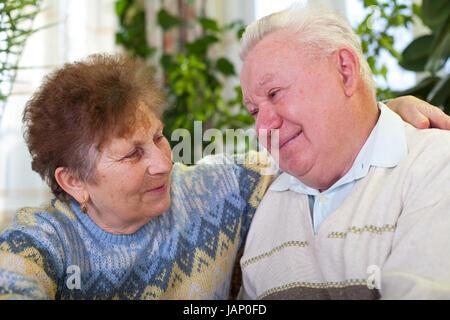 Bild von einem netten älteren Ehepaar umarmen, in der Nähe - Stockfoto