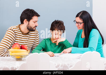 Eltern sind ihren Sohn zu Hause unterrichtet. - Stockfoto