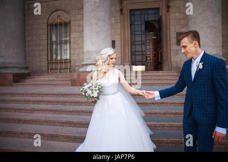 Hochzeitspaar in der Nähe einer Kirche. Hochzeit paar umarmt einander. Schönheit der Braut mit Bräutigam. Schönes - Stockfoto