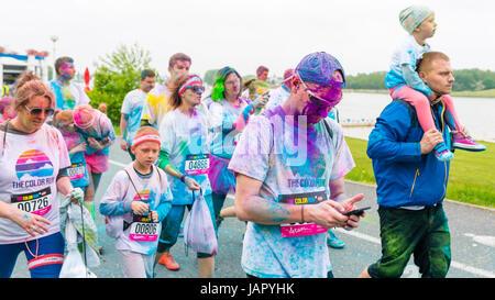 Posen, Polen - 20. Mai 2017: Glückliche Menschen Teilnahme an der Farbe führen. Color-Run ist ein weltweites gehostet - Stockfoto