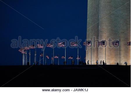 Fahnen wehen im Wind um das Washington Monument. - Stockfoto