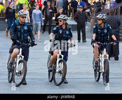 Polizisten und Polizei Frau auf dem Fahrrad - Stockfoto