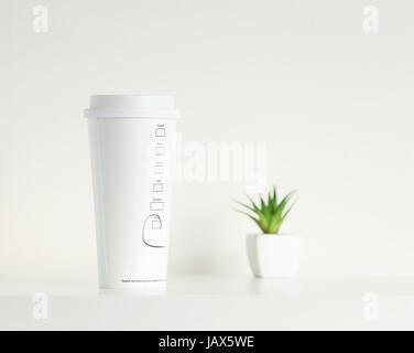 Weißer Kaffee Tasse und grüne Topfpflanze - Stockfoto