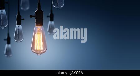 Innovation und Leadership-Konzept - leuchtende Glühbirne auf unter Lampen aus - Stockfoto