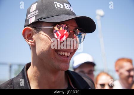 Montreal, Kanada. 8. Juni 2017. Französischer Rennfahrer, die Autogramme von Esteban Ocon Unterzeichnung auf dem Circuit Gilles Villeneuve in Montreal vor der Formel 1 Grand Prix von Kanada. Bildnachweis: Cristian Mijea/Alamy Live-Nachrichten