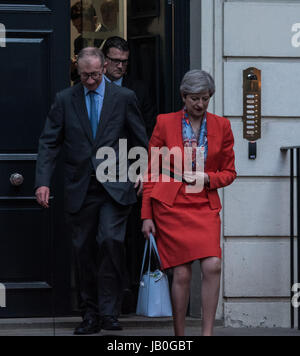 London, UK. 9. Juni 2017. Theresa May und ihr Ehemann verlassen konservative Partei Hauptsitz nach der Wahl. Bildnachweis: - Stockfoto