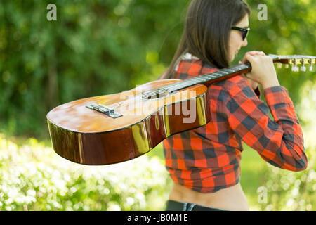 Festival Frau mit Gitarre auf party - Stockfoto