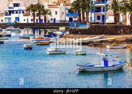 Kleine Fischerboote in der Lagune in der Hauptstadt Arrecife auf Lanzarote. - Stockfoto