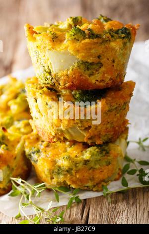 Wunderbares Essen: Brokkoli Muffins mit Käse-Makro auf dem Tisch. vertikale Stockfoto