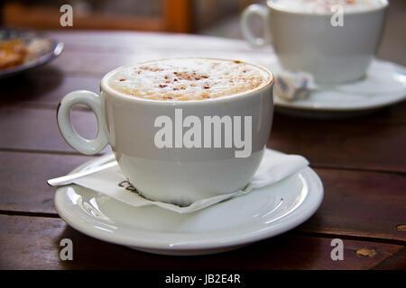 Italienische Kaffee trinken - Cappuccino Cup in Café serviert - Stockfoto