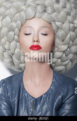 Fantasie. Kreativität. Porträt der trendige Frau in futuristischen prächtigen großen Perücke mit Zöpfen - Stockfoto