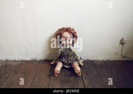 Gruselige Vintage Puppe auf Holzboden - Stockfoto