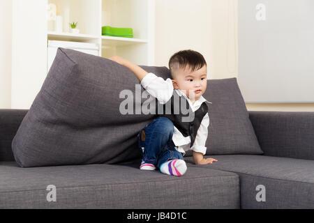 Kleiner Junge auf sofa - Stockfoto