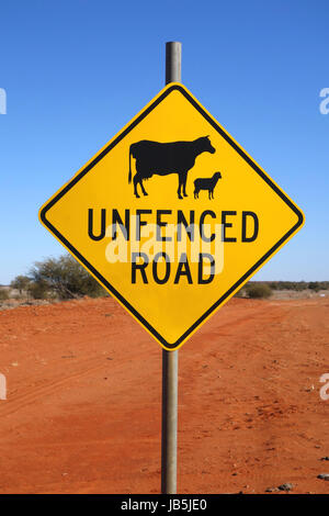 Straßenschild im Outback Australien nicht eingezäunt. - Stockfoto