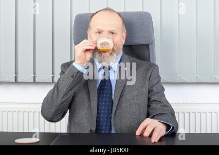 Bild eines nachdenklichen Managers er eine Kaffeepause im Büro - Stockfoto