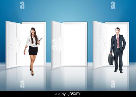 2 Business Mann und Frau Kollegin Walking Schwelle Abbildung Türen - Stockfoto