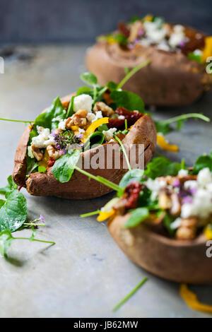 Gebackene Süßkartoffel mit Salat - Stockfoto