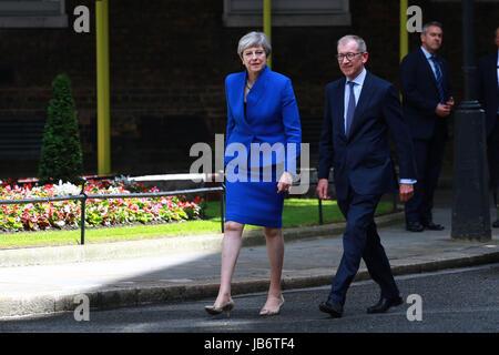 London, UK. 9. Juni 2017. Theresa kann noch der Prime Minster of Great Britain, mit Ehemann Philip, etwa um ihre - Stockfoto