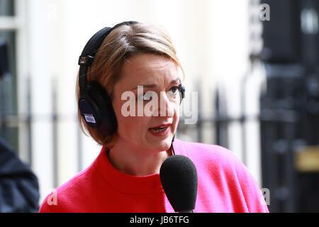 London, UK. 9. Juni 2017. Laura Kuenssberg (BBC TV politischer Redakteur) in der Downing Street warten Theresa May - Stockfoto
