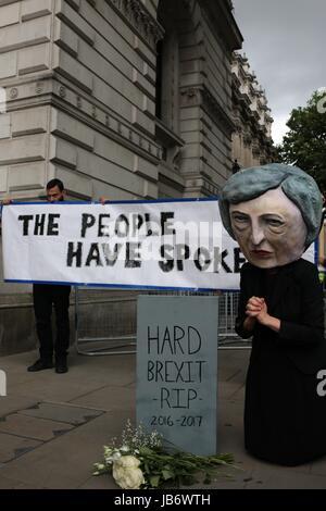 London, UK. 9. Juni 2017. Ein kleiner Protest findet außerhalb Downing Street nach der Snap-Wahlergebnisse in einem - Stockfoto