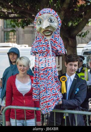 London, UK. 9. Juni 2017. Marionette Demonstrant auf die nationalen Wahlen am College Green gegenüber der Houses - Stockfoto