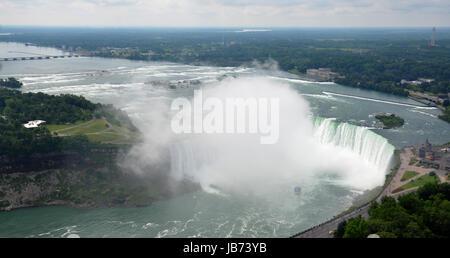 NIAGARAFÄLLE - Juli 6: Mädchen der Nebel Boot Ansätze fällt Hufeisen im kanadischen Teil der Niagarafälle am 6. - Stockfoto