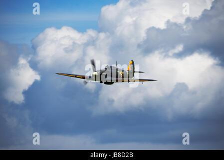 Hawker Sea Hurricane 1 b bei einer Airshow in Shuttleworth Flugplatz fliegen. Platz für Kopie. Große Wolken - Stockfoto