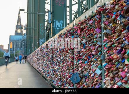 Liebesschlösser auf der Hohenzollernbrücke (Hohenzollernbrücke), Köln (Liebe Vorhängeschlösser) - Stockfoto