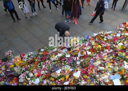London, UK. 9. Juni 2017. Huldigungen links an der London Bridge für die Opfer des Terrors Angriff auf London Bridge - Stockfoto