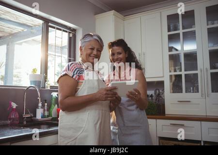 Porträt von Mutter und Tochter mit digital-Tablette in Küche zu Hause - Stockfoto